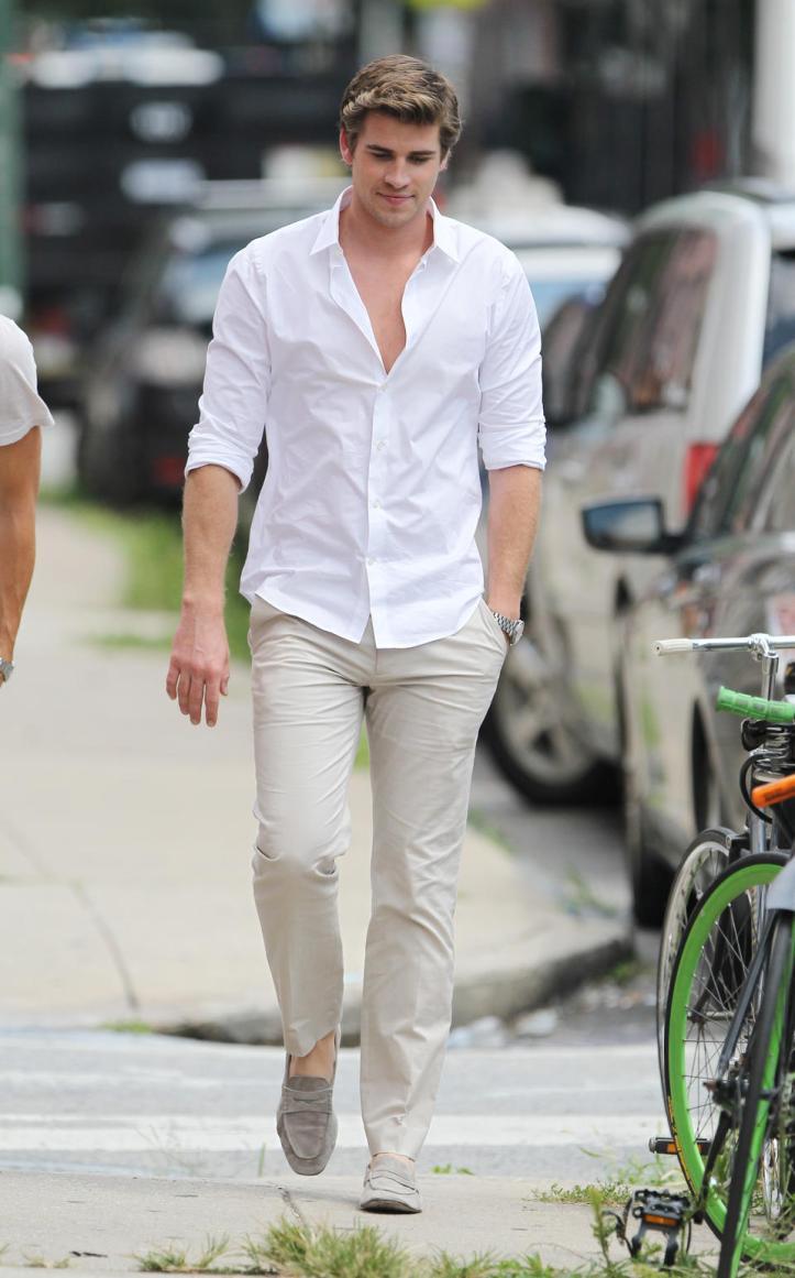 Camisa branca calça sarja
